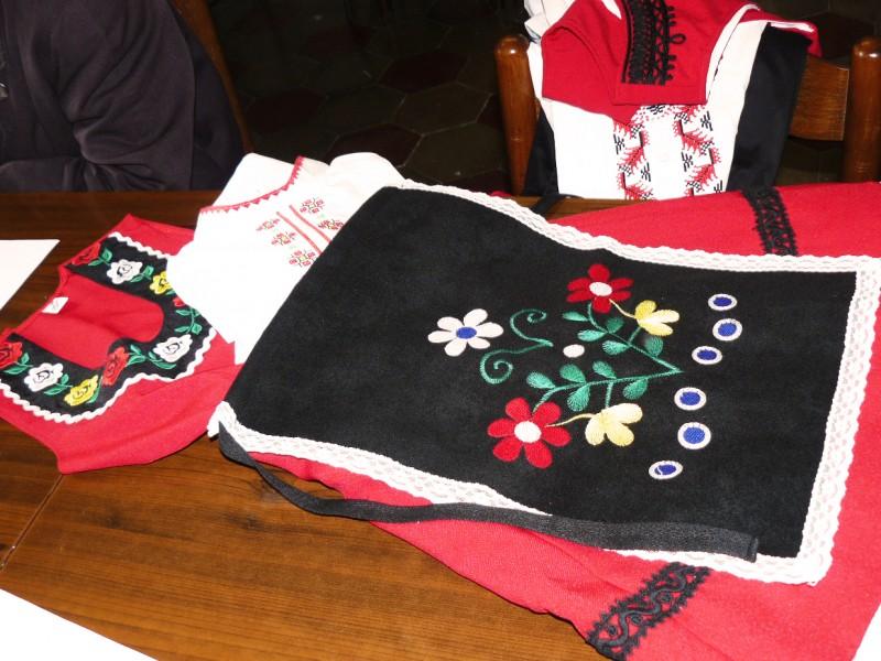 Народни носии, поръчани за учениците от училището в Нетуно, сн. Мариянка Борисова