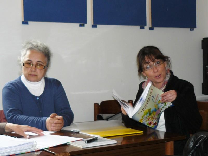 Учителки показват учебните пособия, сн. Мариянка Борисова