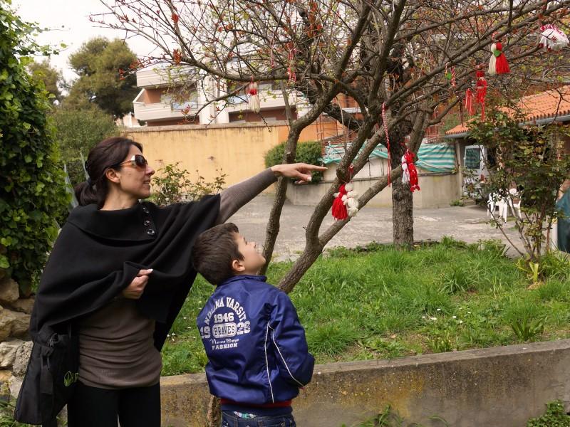 Директорката на училището в Нетуно Радостина Александрова и синът й Лоренцо показват дървото, на което учениците си закачват мартениците, сн. Яна Гергова