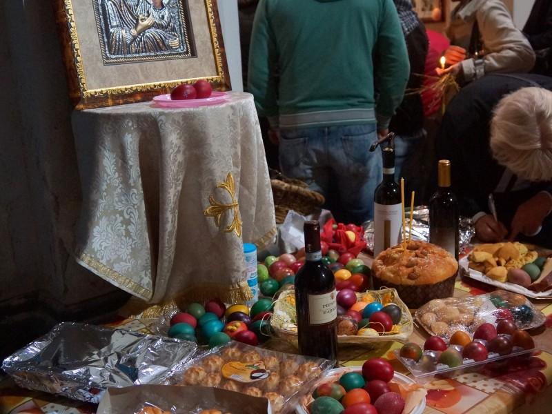 Донесените от българите в църквата боядисани яйца, великденски козунаци и сладки, сн. Яна Гергова