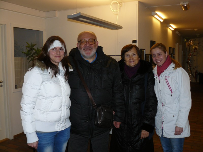 """Екипът с ръководителката на Фолклорната танцова група """"И–ХА"""" (Осло) Ани Ковачева (вдясно) и с Наталия Георгиева (вляво). Сн. Владимир Пенчев"""