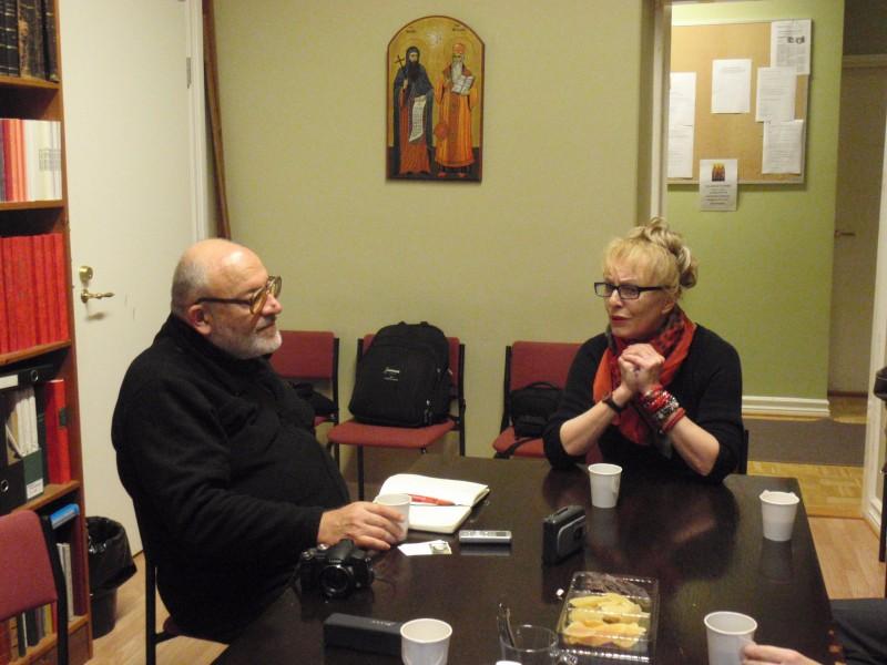 Екипът в разговор с г-жа Иванка Корцанова. Библиотека на Православната църковна община във Финландия. Сн. Катя Михайлова