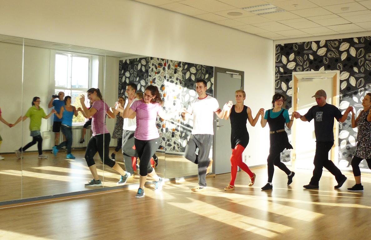 Репетиция на фолклорна група за народни танци