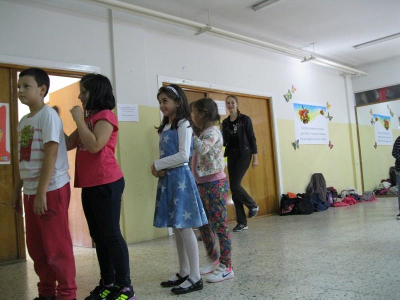 """Българско неделно училище """"Бачо Киро"""" в Алкоркон. Репетиция на танцовия състав по народни танци към училището. Учениците репетират танц на сурвакарите за предстоящото коледно тържество. (сн. Георги Георгиев)"""