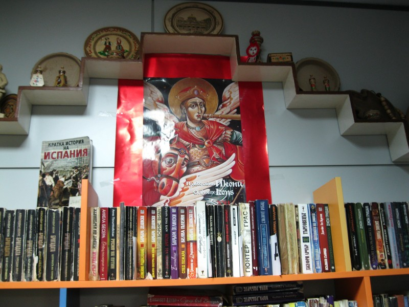 """Библиотеката в българското неделно училище към Асоциация """"Хан Кубрат в Хетафе. (сн. Георги Георгиев)"""