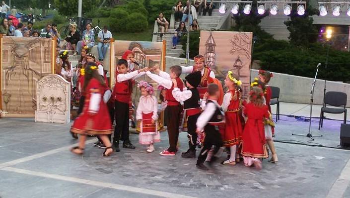 Игра на Кральо Портальо в рамките на Фестивал на многоезичието в Солун, 2013 г. (Снимката е от архива на училището и е любезно предоставена от директора г-жа Д. Чучукова)