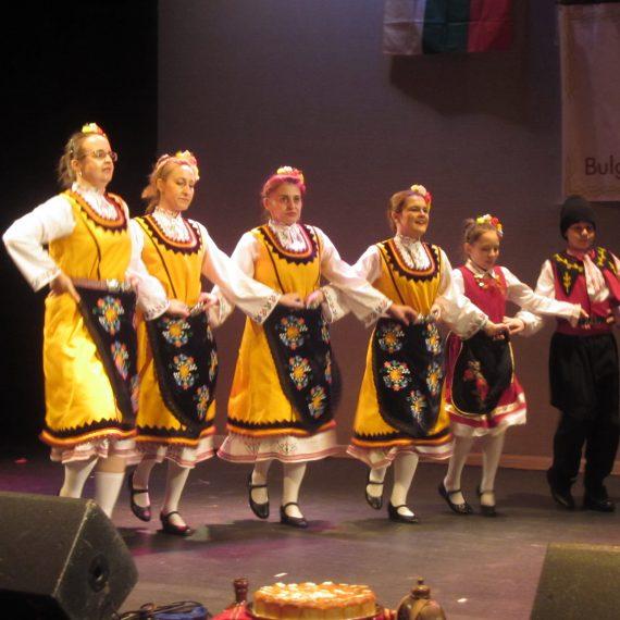"""Две поколения на едно хоро - Танцова група """"Българка"""", Тонбридж"""