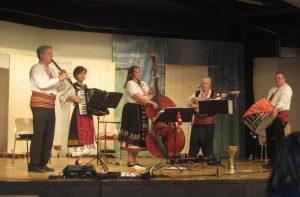 """Фолклорна музикално-певческа група """"Седянка"""", включваща хора от различни държави, включително и България."""