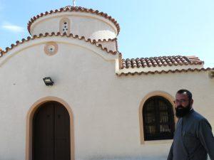 """Българският свещеник Станислав Симеонов пред църквата """"Св. Корнилий"""" в Паралимни, където се осъществяват българоезичните служби. Снимка: М. Борисова"""