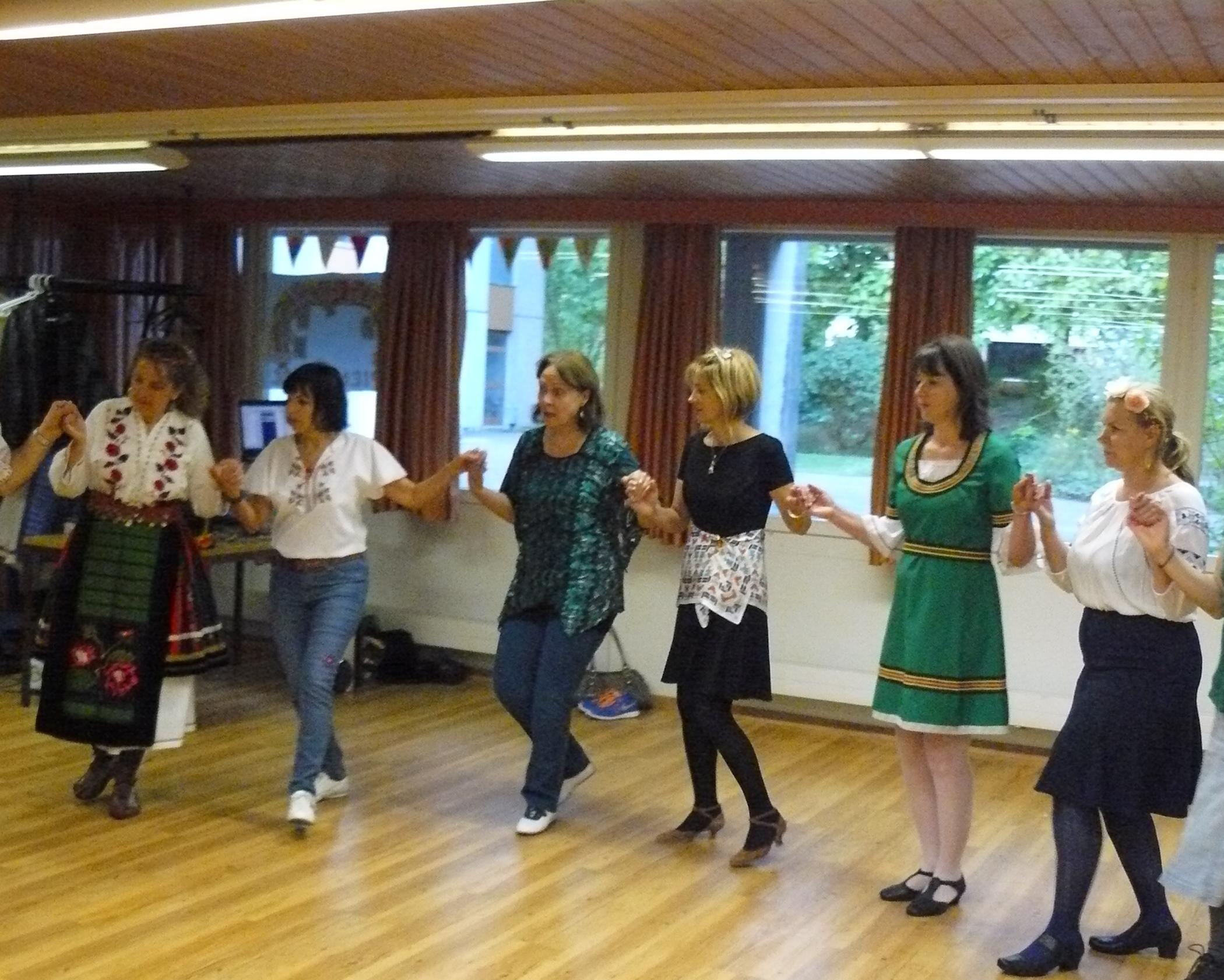 """Репетиция на групата за български народни танци """"Здравец"""" в Берн"""
