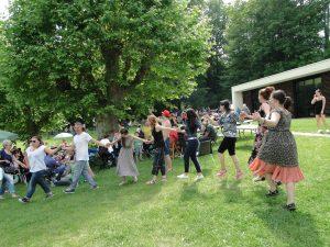 Празник на българите в с. Моренвилие – празнични хора след края на официалната част
