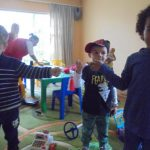 """Деца от Неделно училище """"Слънчо"""" се радват на българските мартеници."""